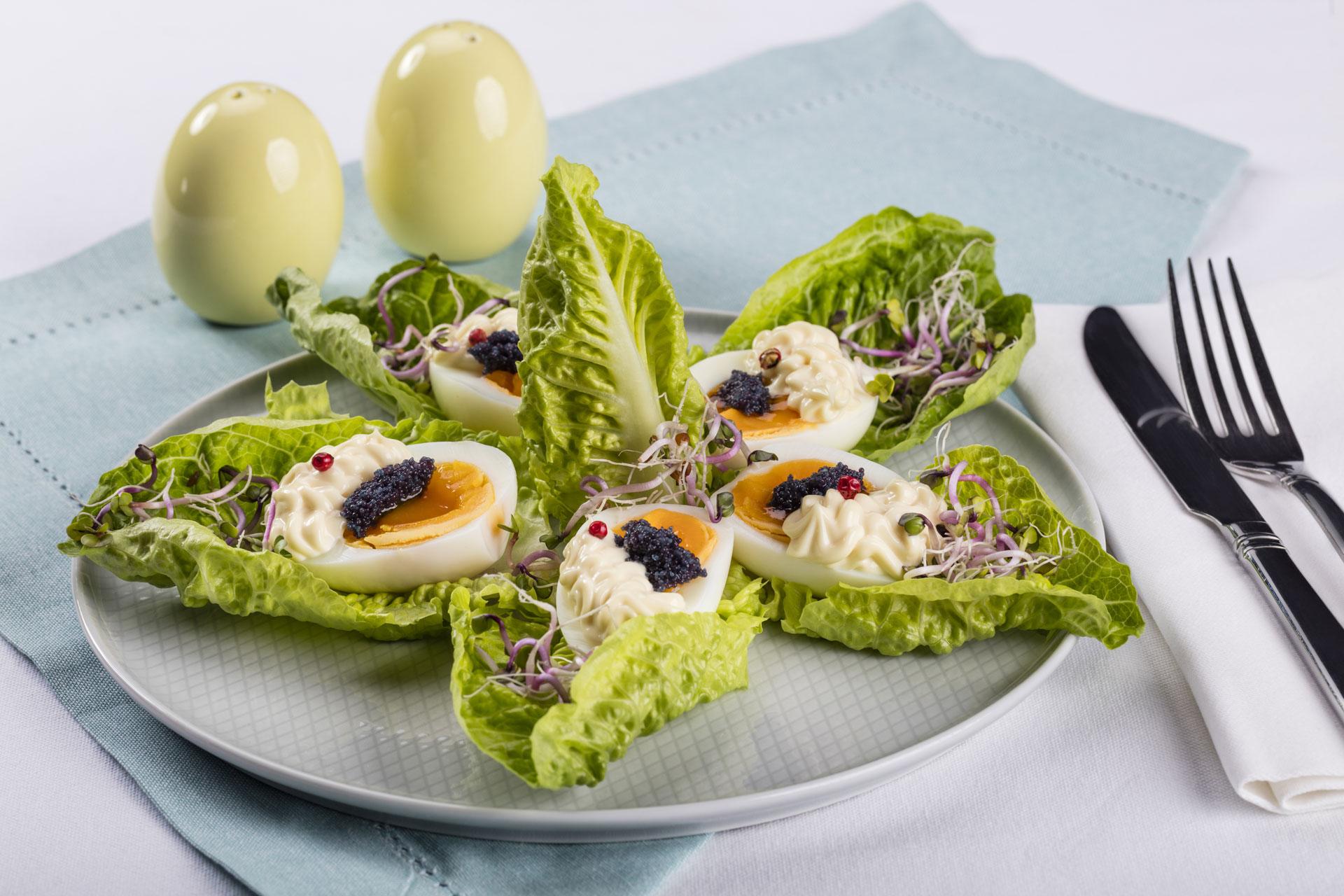 Jajka w majonezie z kawiorem i kiełkami