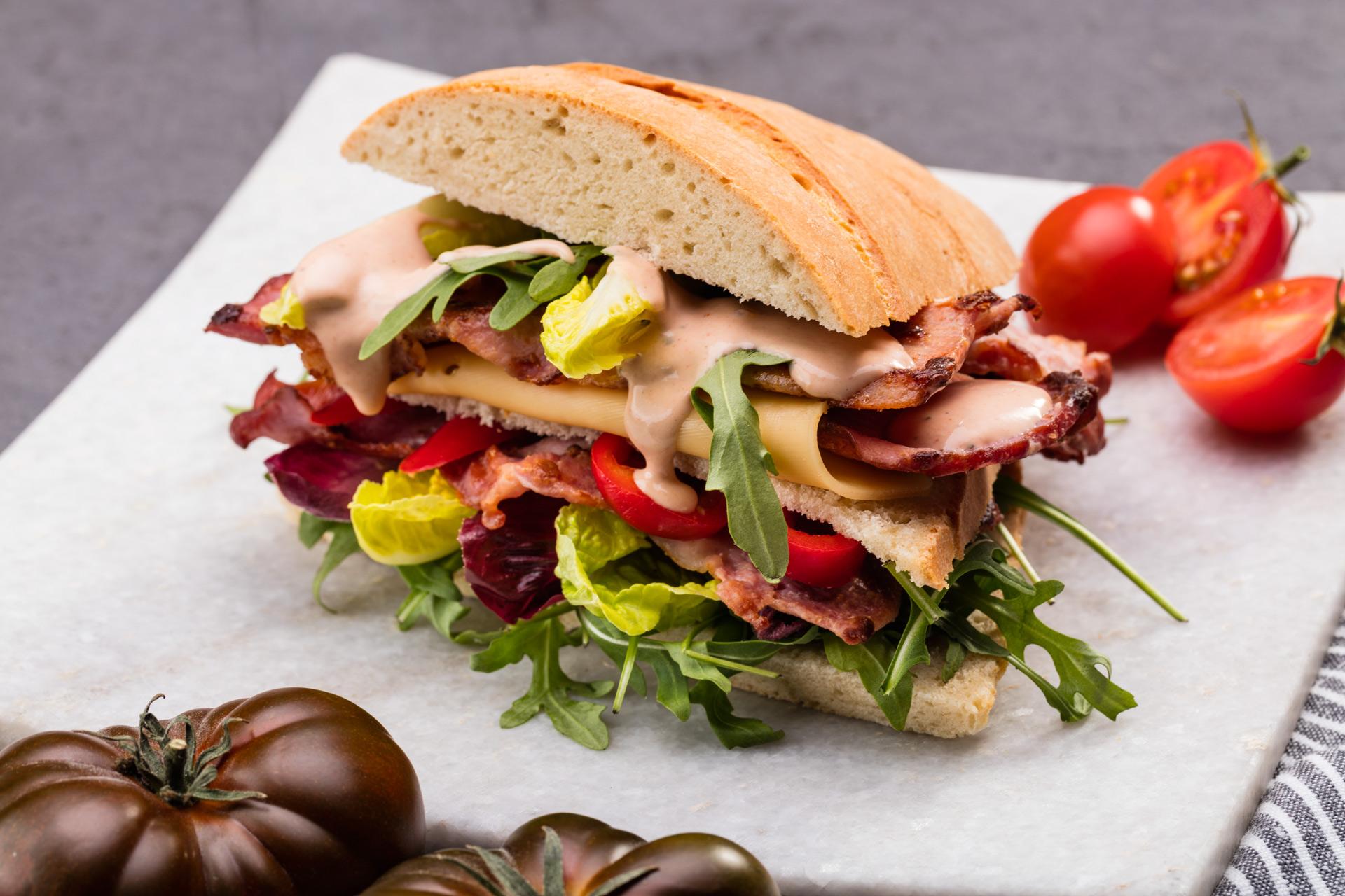 Kanapka z grillowanym boczkiem, warzywami i Sosem Burgerowym