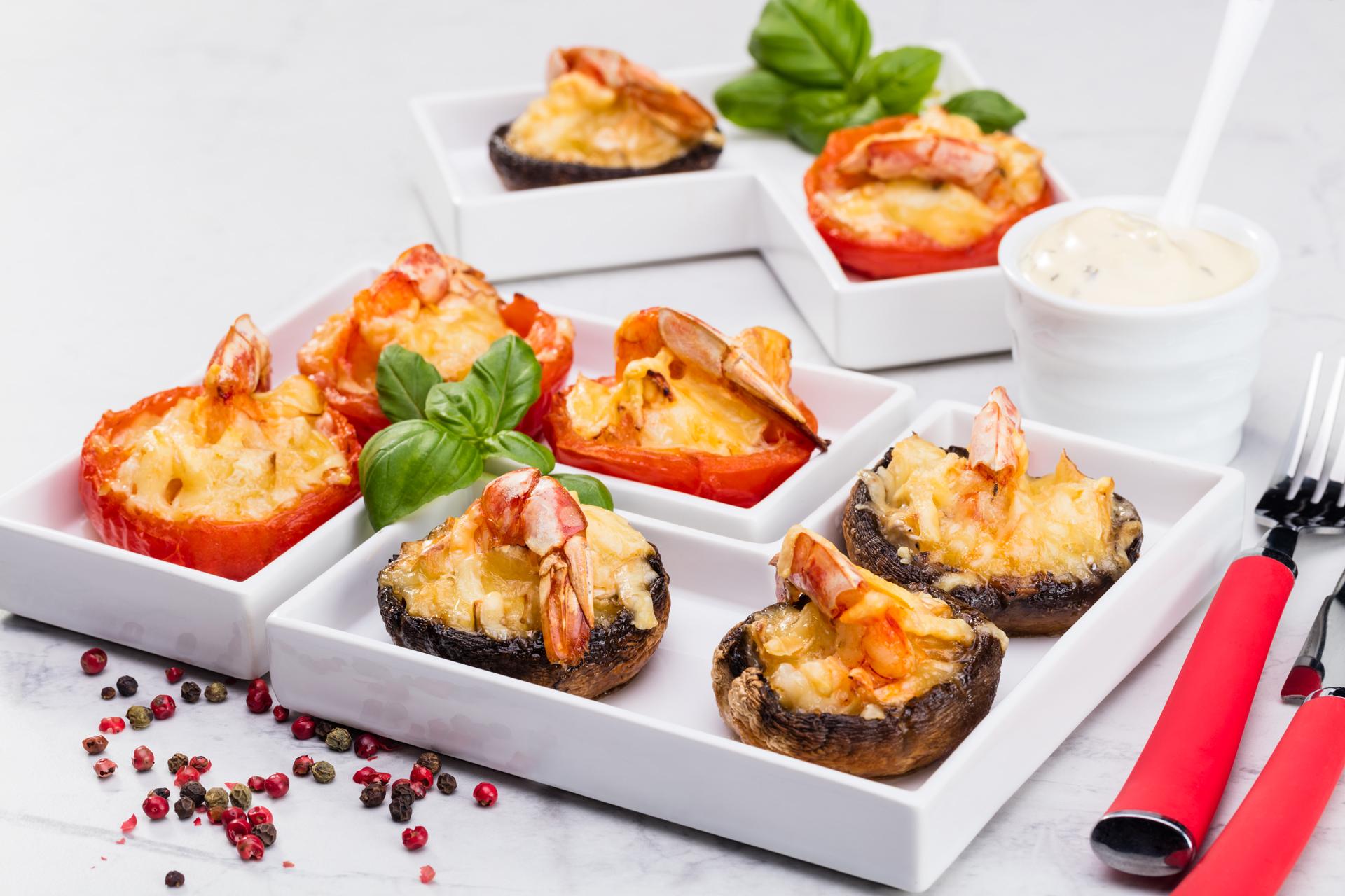 Pieczarki i pomidory faszerowane serem pleśniowym i krewetkami