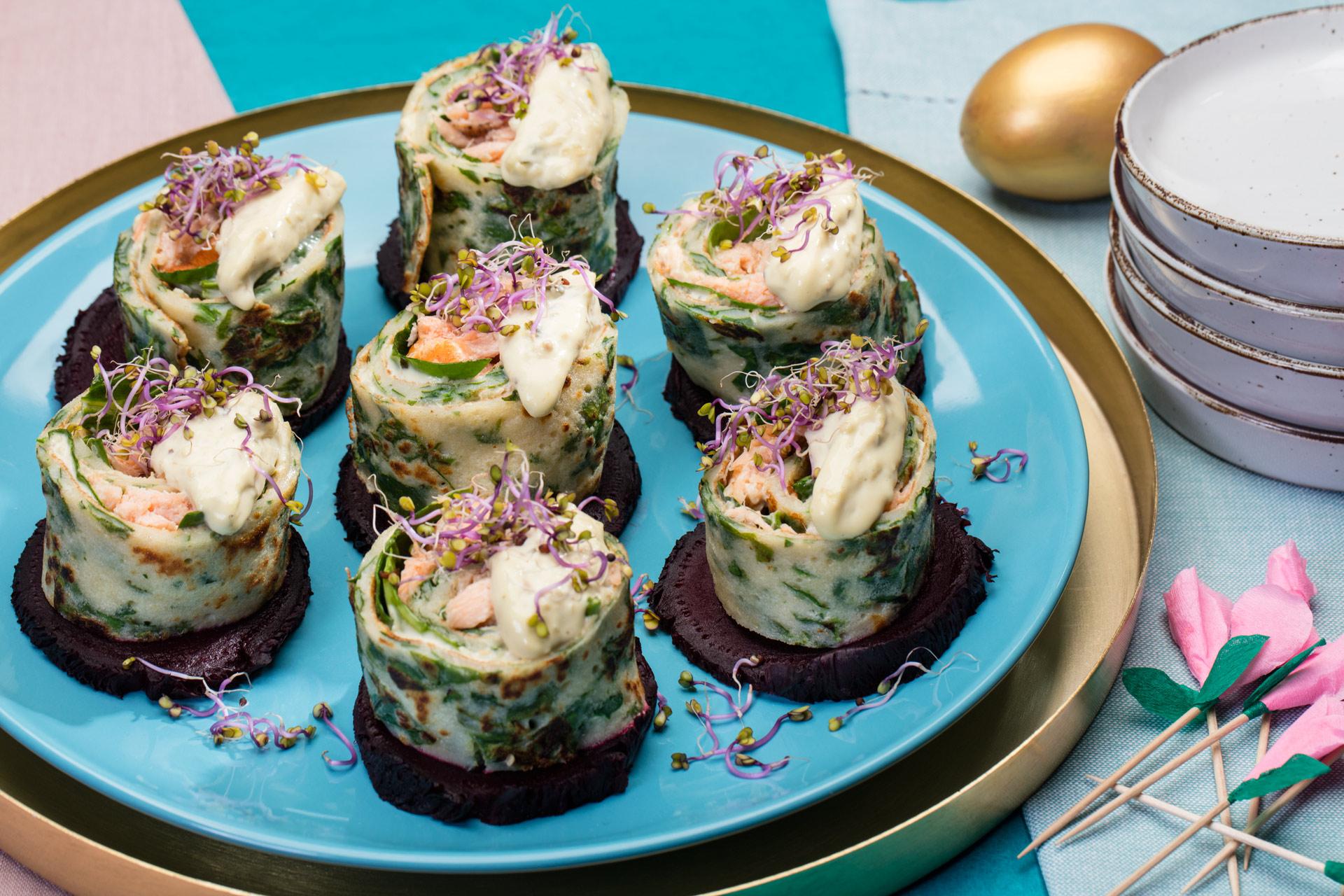 Naleśnikowe rollsy ze szpinakiem, łososiem i sosem tatarskim