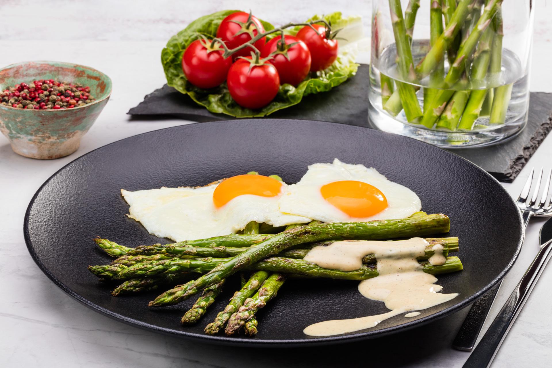 Grillowane zielone szparagi z jajkiem i sosem musztardowo-śmietanowym