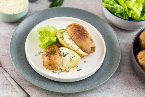 opiekane ziemniaki z sosem czosnkowym