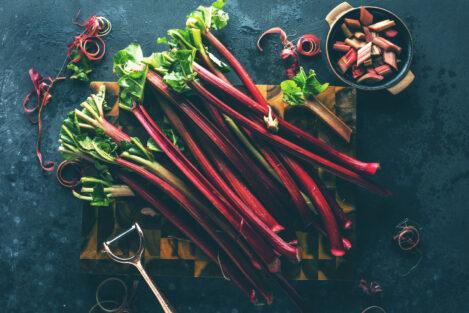 rabarbar, łodygi rabarbaru, świezy rabarbar